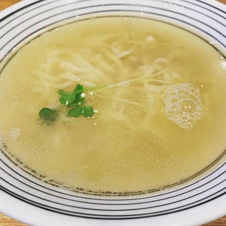 腹一杯の淡麗塩らぁ麺スープを味わう