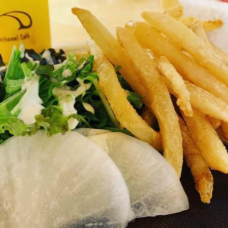 BéchamelCaféサラダとフライドポテト