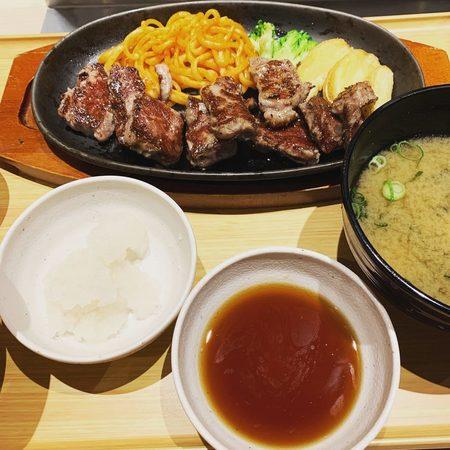 やよい軒の和風おろしカットステーキ定食1