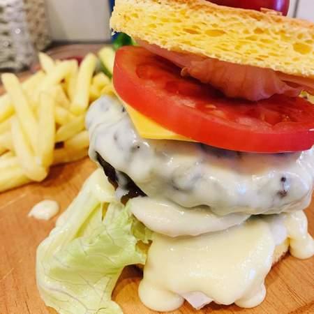 UZU特製ロールケーキハンバーガー