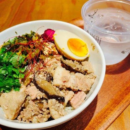 ジアレイ 豚肉の甘辛煮と煮卵の茶飯と水
