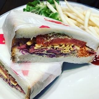 パストラミ&チェダーチーズのサンドウィッチ