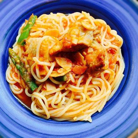 サンマルクカフェのグリルチキンとアスパラガスのトマトパスタ2